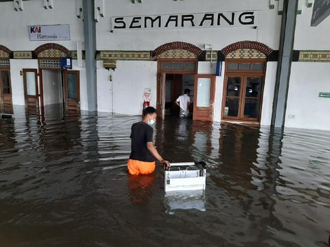 Stasiun Tawang Semarang terendam banjir, Sabtu (6/2/2021).