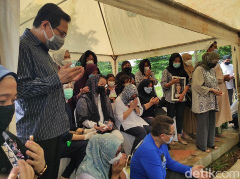 Suasana pemakaman Rektor Universitas Paramadina, Prof Firmanzah, di TPU Tanah Kusir (Azhar Bagas/detikcom)