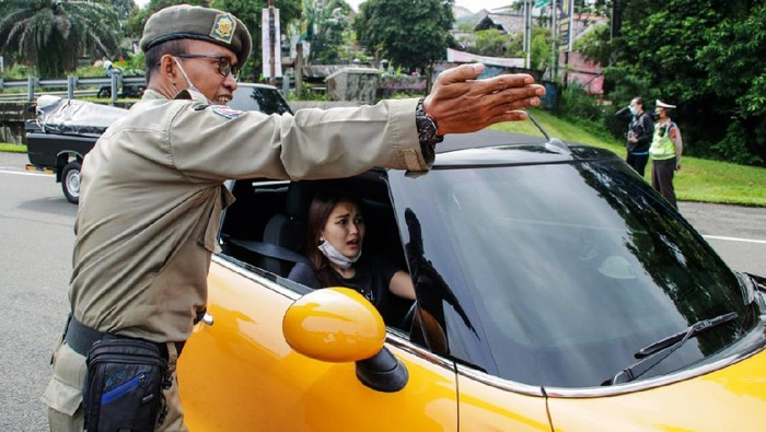 Artis Ayu Ting Ting terpaksa memutar balik kendaraannya ketika akan memasuki kawasan Kota Bogor. Ayu diminta memutar arah karena kendaraanya bernopol ganjil.