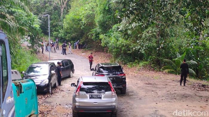 Tim gabungan berupaya mencari harimau Benggala yang lepas dari kandang di Sinka Zoo Singkawang (Adi Saputro/detikcom)