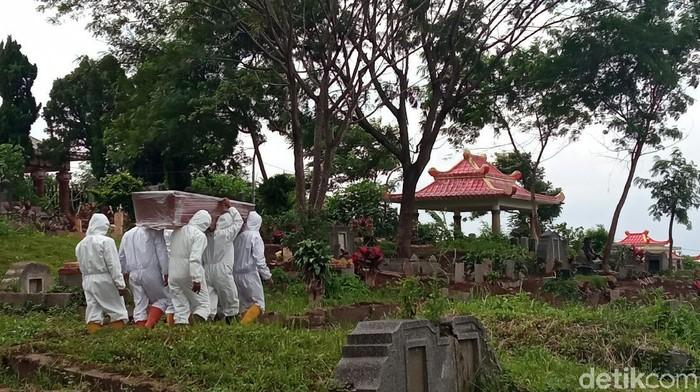 Tukang jasa pikul jenazah COVID-19 di TPU Cikadut