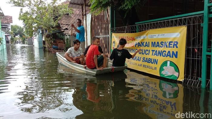 Banjir berwarna hitam dan berbau busuk di Kudus Minggu (7/2/2021) makin tinggi