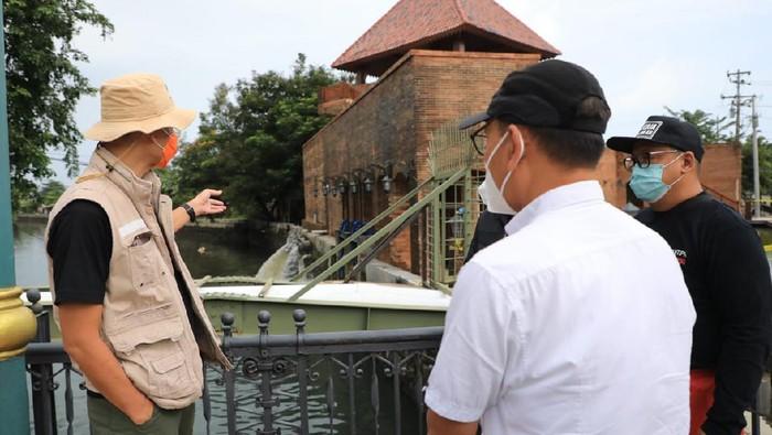 Gubernur Jateng Ganjar Pranowo saat mengecek Rumah Pompa Mberok, Semarang, Minggu (7/2/2021) pagi