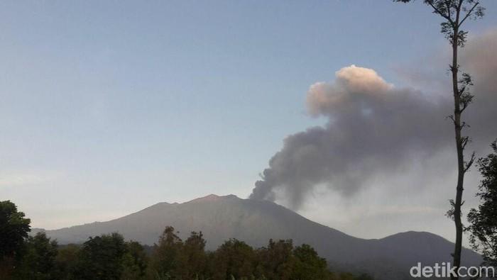Hujan abu erupsi Gunung Raung menyebar ke Banyuwangi kota