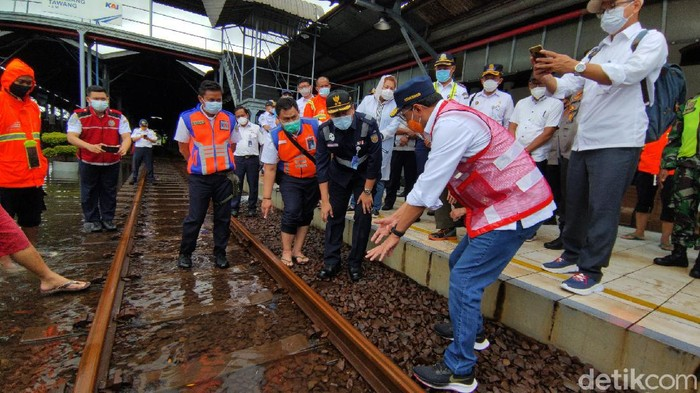 Menhub Budi Karya meninjau Stasiun Tawang Semarang yang tergenang banjir, Minggu (7/2/2021)