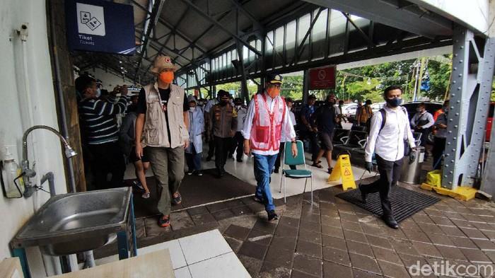 Menteri Perhubungan (Menhub) Budi Karya Sumadi meninjau Stasiun Tawang, Semarang. Sebelumnya Stasiun Tawang terendam banjir.
