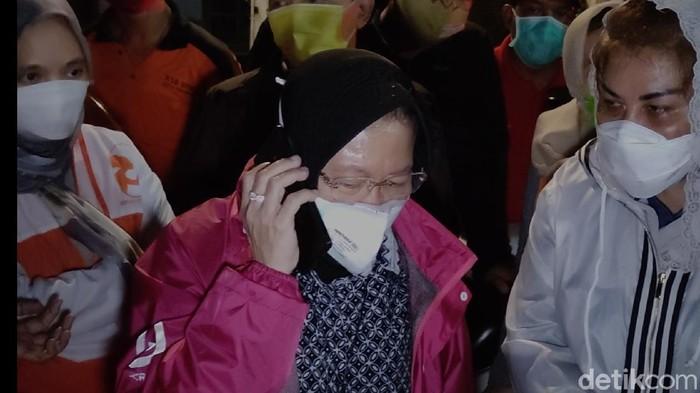 Mensos Risma mengunjungi pengungsi banjir Semarang dan menelepon BBWS soal pompa air, Minggu (7/2/2021)