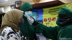DKI Jakarta menggelar vaksinasi COVID-19 massal bagi tenaga kesehatan (Nakes) di sejumlah puskesmas. Salah satunya di Puskesmas Kecamatan Setiabudi.