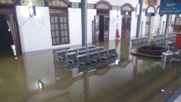 Penampakan banjir yang merendam bagian peron Stasiun Tawang Semarang