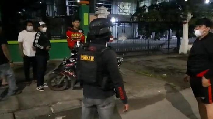 Tim Penikam Polrestabes Makassar, Sulsel, membubarkan aksi balap liar yang dilakukan oleh ratusan kendaraan di jalan Andi Pangeran Pettarani.