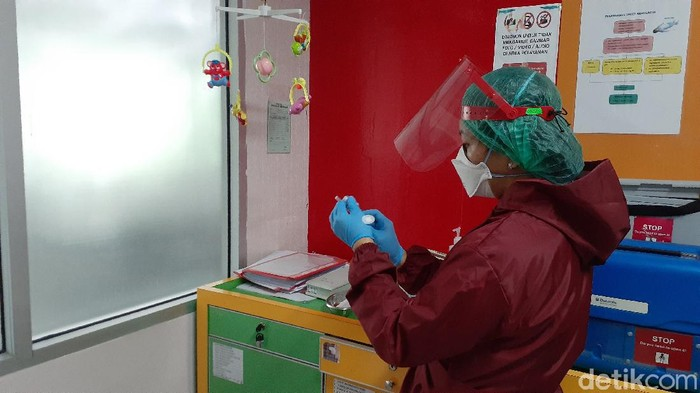 Vaksinasi Bagi Tenaga Kesehatan di Puskesmas Senen