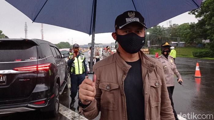 Wali Kota Bogor Bima Arya meninjau titik pemeriksaan ganjil genap Bogor.