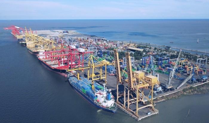 Aktivitas di pelabuhan peti kemas