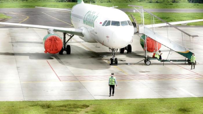 Calon penumpang melihat jadwal penerbangan yang dibatalkan dampak sebaran abu vulkanik Gunung Raung di Bandara Banyuwangi, Jawa Timur, Minggu (7/2/2021). PT Angkasa Pura II kantor cabang Banyuwangi mengonfirmasikan penutupan bandara karena adanya sebaran abu vulkanik Gunung Raung yang dinilai berisiko bagi penerbangan. ANTARA FOTO/Putra/bcs/aww.