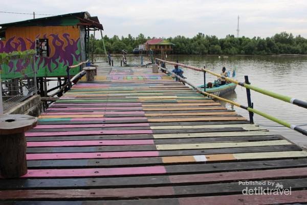 Jembatan yang ada di Teluk Seribu juga diberi warna  ceria sehingga tampak lebih menarik.