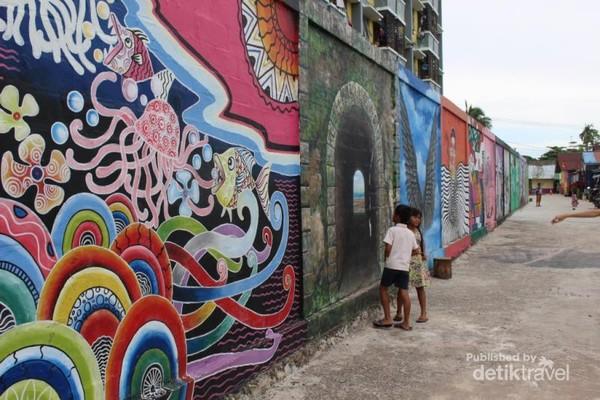 Beraneka macam lukisan terdapat di dinding sepanjang 100 m.
