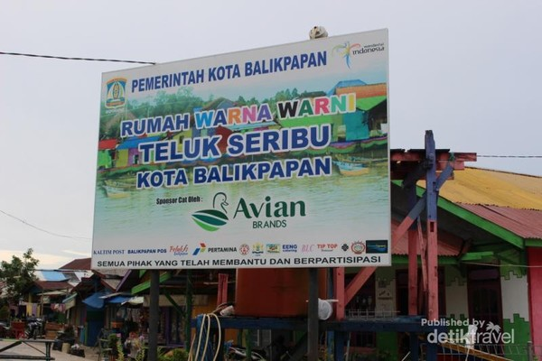 Papan nama yang terdapat di depan kampung warna-warni. Tempat ini berlokasi di Teluk Seribu , Kelurahan Manggar Baru.