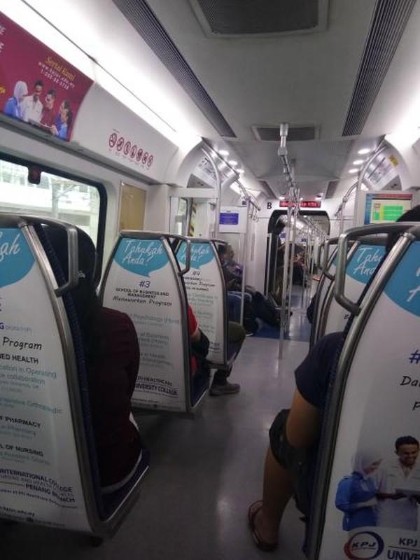 Suasana Kereta menuju ke Batu Caves dari KL Sentral