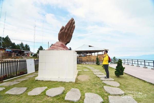 Patung tangan yang mengarah ke Danau Toba.