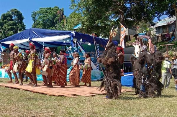 Suku matbat saat menampilkan tari Wala,Foto:Abi