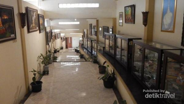 Vihara ini juga dilengkapi dengan museum dengan berbagai koleksi .