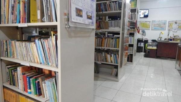 Fasilitas perpustakaan juga terdapat di vihara .