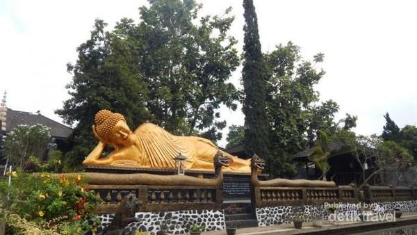 Patung Budha sedang meditasi dalam ukuran besar.
