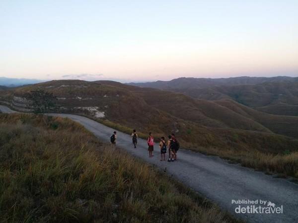 Sekumpulan anak sekolah dasar yang bersama-sama menuju sekolah