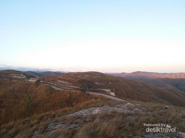 Pemandangan luar biasa Bukit Tanarara di pagi hari