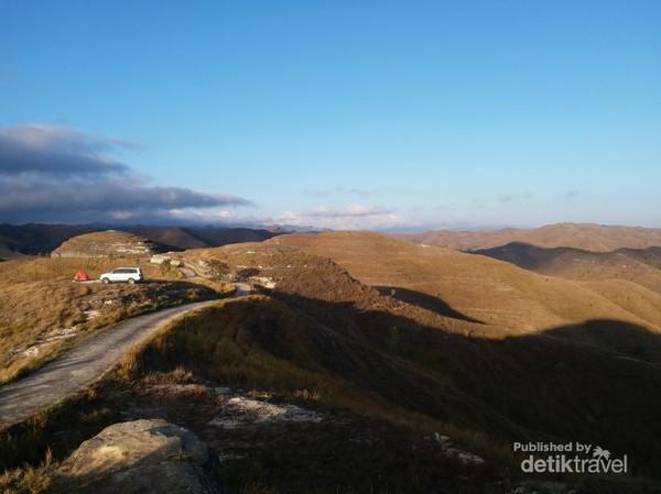 Hamparan Bukit Tanarara berwarna kekuningan ditimpa sinar matahari