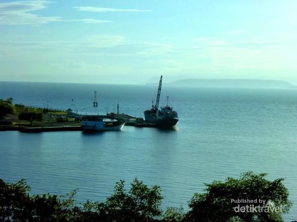 Pelabuhan Badas, Kota Sumbawa Besar dengan  latar belakang gunung yang cantik dan eksotis