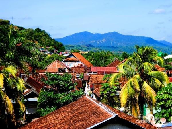 Pemukiman masyarakat Sumbawa Besar yang dikelilingi oleh pegunungan yang indah