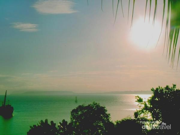 Matahari pagi memantulkan aneka warna yang indah di permukaan air laut di Sumbawa Besar