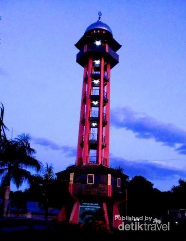 Menara Masjid Jami Sumbawa, merupakan peninggalan Masjid Kerajaan Sumbawa yang sempat dikenal dengan Masjid Makam. Masjid Jami ini selain tempat melaksanakan ibadah juga dijadikan tempat pengambilan sumpah dan janji para Sultan