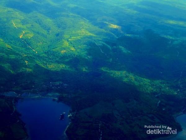 Panorama pegunungan berpadu dengan pantai yang biru sangat menarik kita saksikan sesaat setelah take off dari Bandara Brangbiji Sumbawa Besar