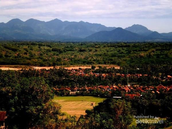 Kota Sumbawa Besar masih asri dengan pegunungan yang eksotis dan mengagumkan, walau udara di Sumbawa lebih panas, namun alam yang indah dapat mengalahkan rasa panas yang menerpa
