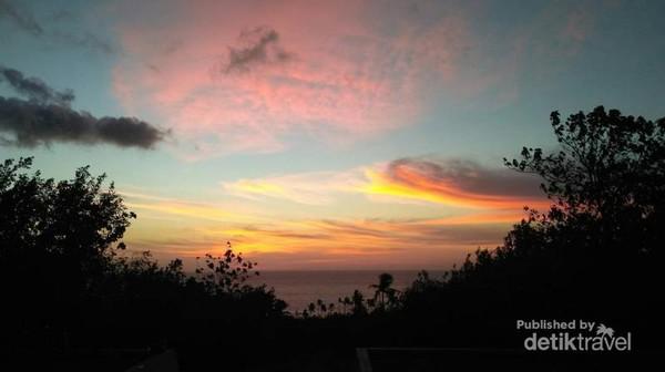 Senja yang indah di lihat dari kawasan Danau Tolire di kaki Gunung Gamalama