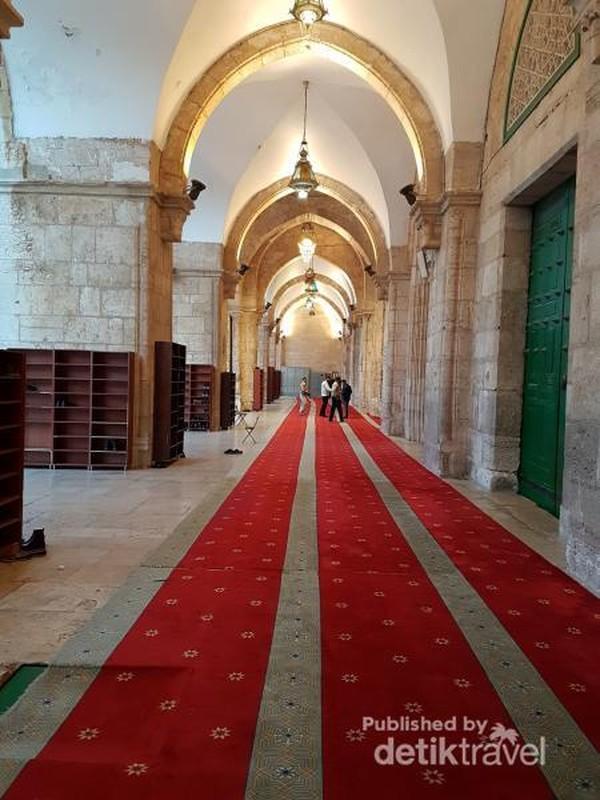 Ini adalah teras dari Masjidil Aqsa, aristekturnya sangat indah