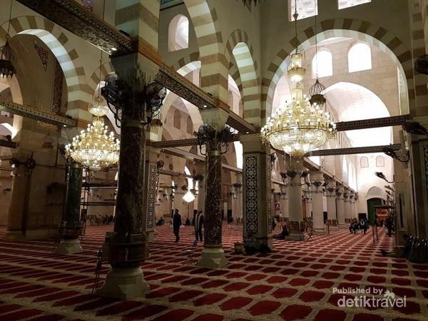 Bagian dalam dari Masjidil Aqsa, suasananya begitu tenang, dan nyaman. Cuaca di palestina juga bisa dibilang relatif dingin