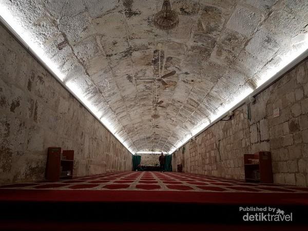 Ini adalah ruang bawah tanah dari Masjidil Aqsa.Jadi, dibawah Masjidil Aqsa terdapat beberapa ruang bawah tanah, jika sholat dan zikiri disitu seperti berada di bawah laut.