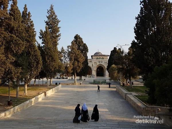 Tampak dari kejauhan, itu adalah Masjidil Aqsa yang dirindukan oleh umat muslim dunia