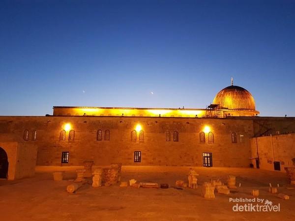 Ini penampakan Masjidil Aqsa jika dilihat dari samping, saya mengambil foto ini setelah sholat shubuh, sangat indah
