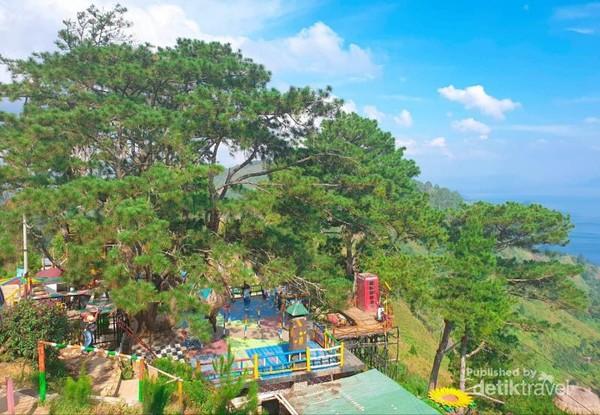Berbagai wahana seru di Bukit Indah Simarjarunjung, dengan latar Danau Toba.