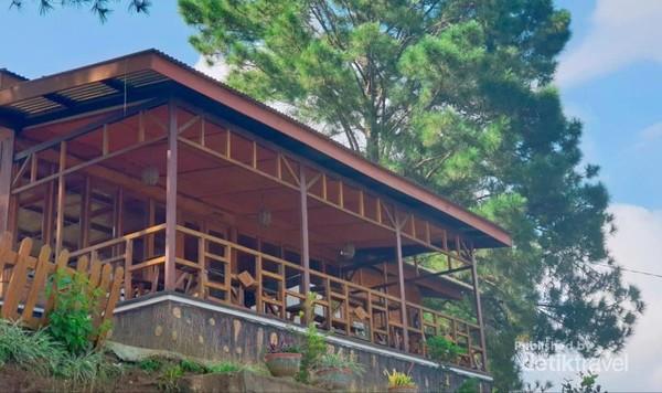 Kafe serba kayu ini pun memiliki balkon yang langsung menghadap ke Danau Toba.