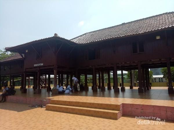 Rumah panggung khas daerah pesisir.