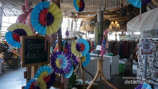Area belanja menyediakan benda kerajinan, suvenir, mainan tradisional, batik hingga cemilan khas Indonesia.
