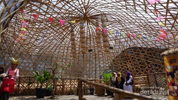 Area Jembatan Senggol, bangunan stupa terbuat dari bambu dan kayu