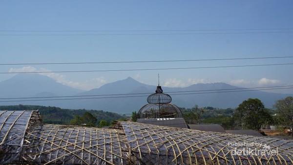 Dikelilingi view pegunungan, semakin memanjakan mata pengunjung.