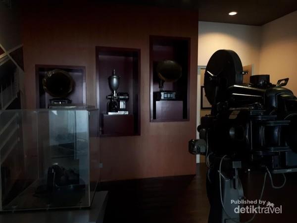 Koleksi yang dimiliki museum selain proyektor kuno adalah telepon kabel jaman dulu dan gramofon.