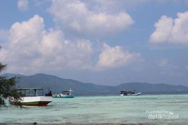 Kapal untuk untuk snorkeling dan mengunjungi pulau-pulau tersedia banyak.